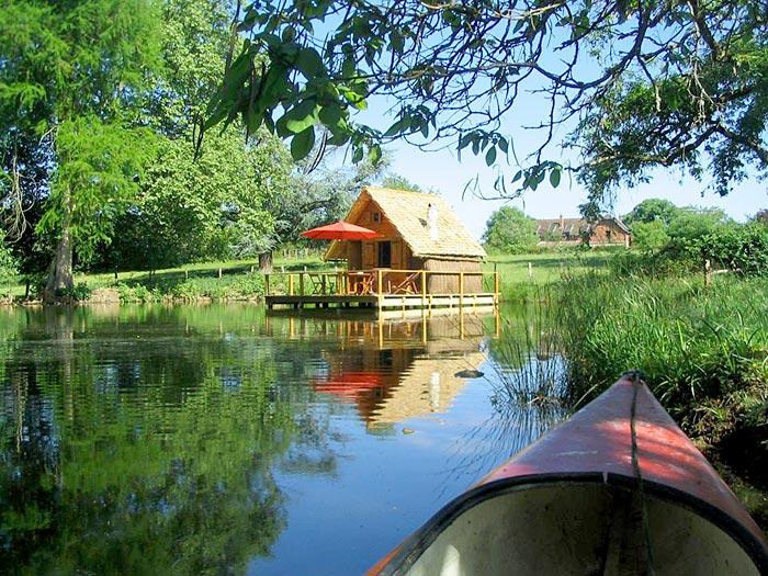 Cabane sur l'eau dans le nord