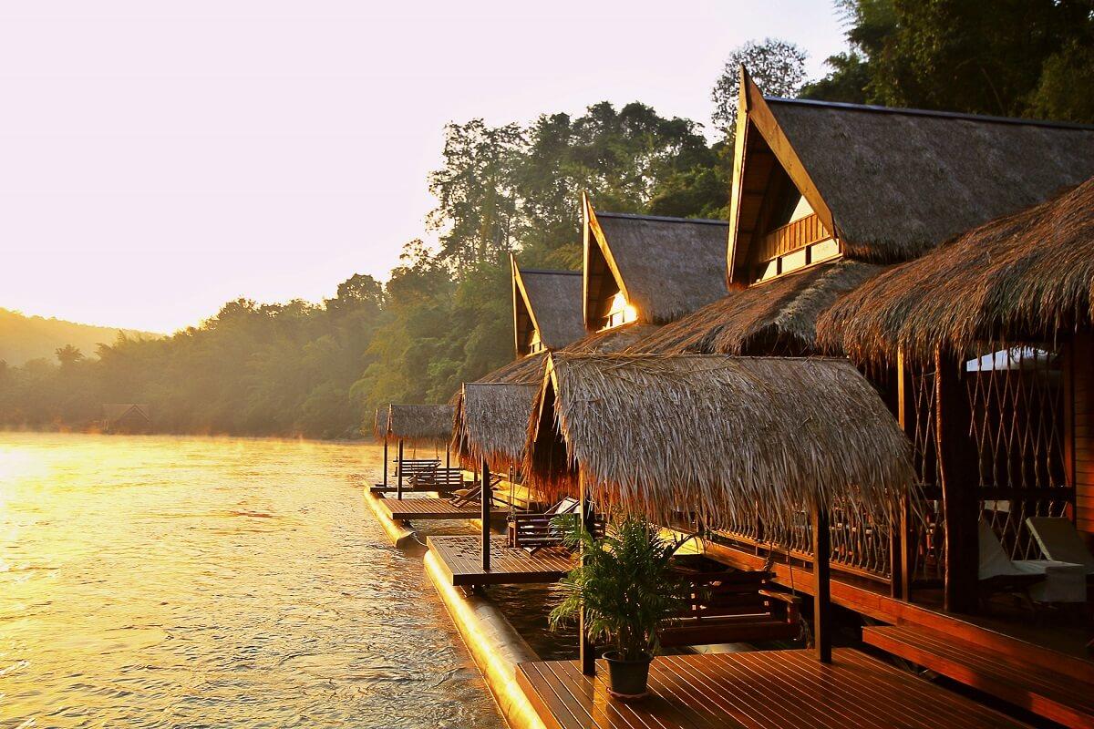 Cabane au bord de l'eau en thailande