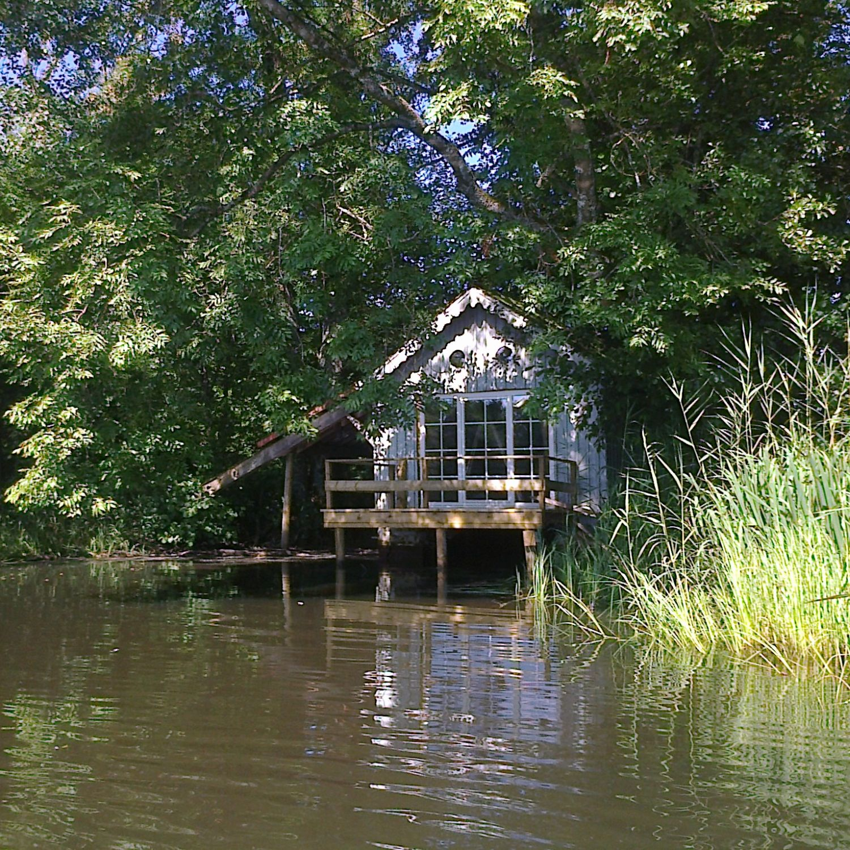 Cabane pecheur bord de l'eau
