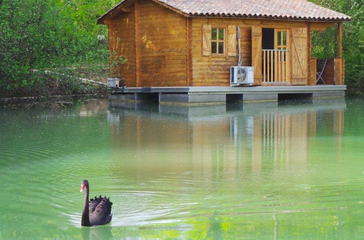 Cabane au bord de l'eau aquitaine
