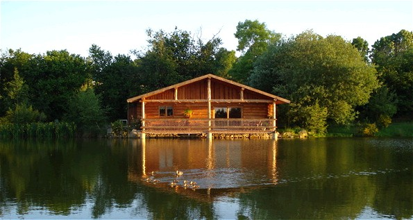 Cabane sur l'eau creuse