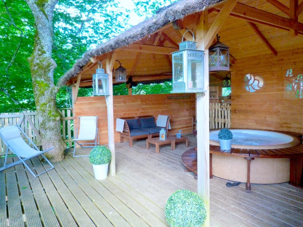Cabane dans un arbre avec jacuzzi