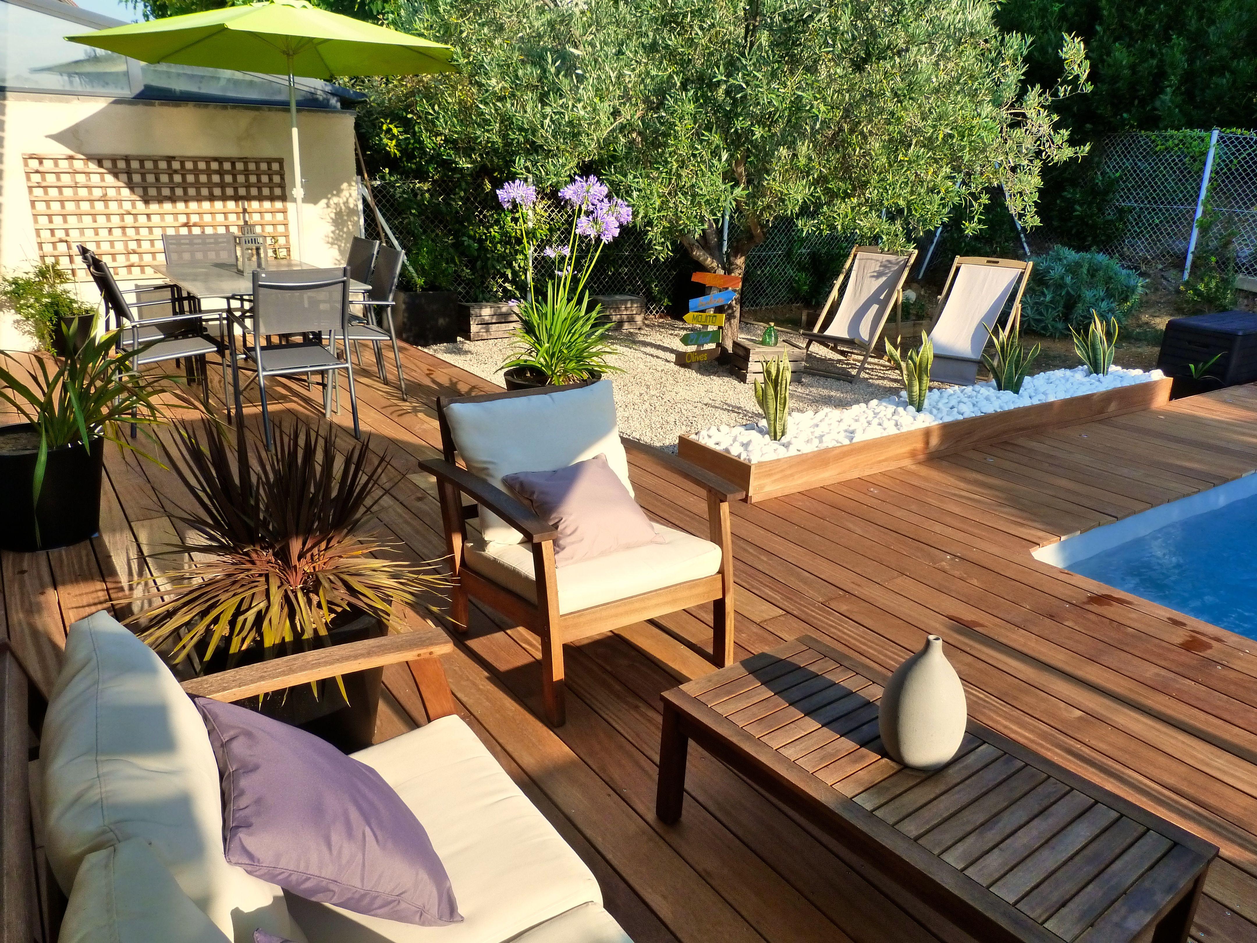 Salon de jardin autour de la piscine