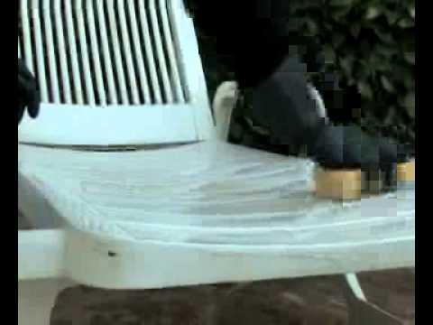 Nettoyage salon de jardin en plastique blanc