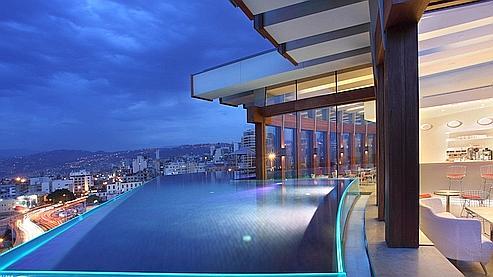 Terrasse hotel avec piscine