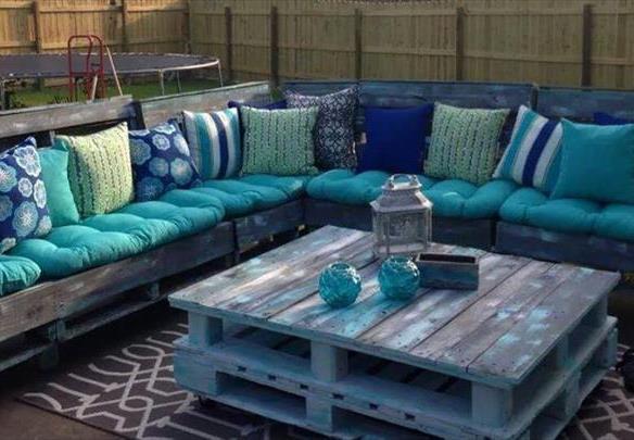 Salon de jardin avec coussin bleu