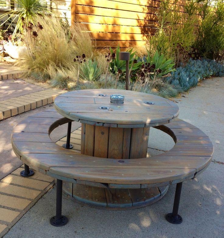 Table de salon de jardin avec touret
