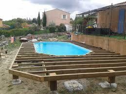 Terrasse bois autour d'une piscine ronde