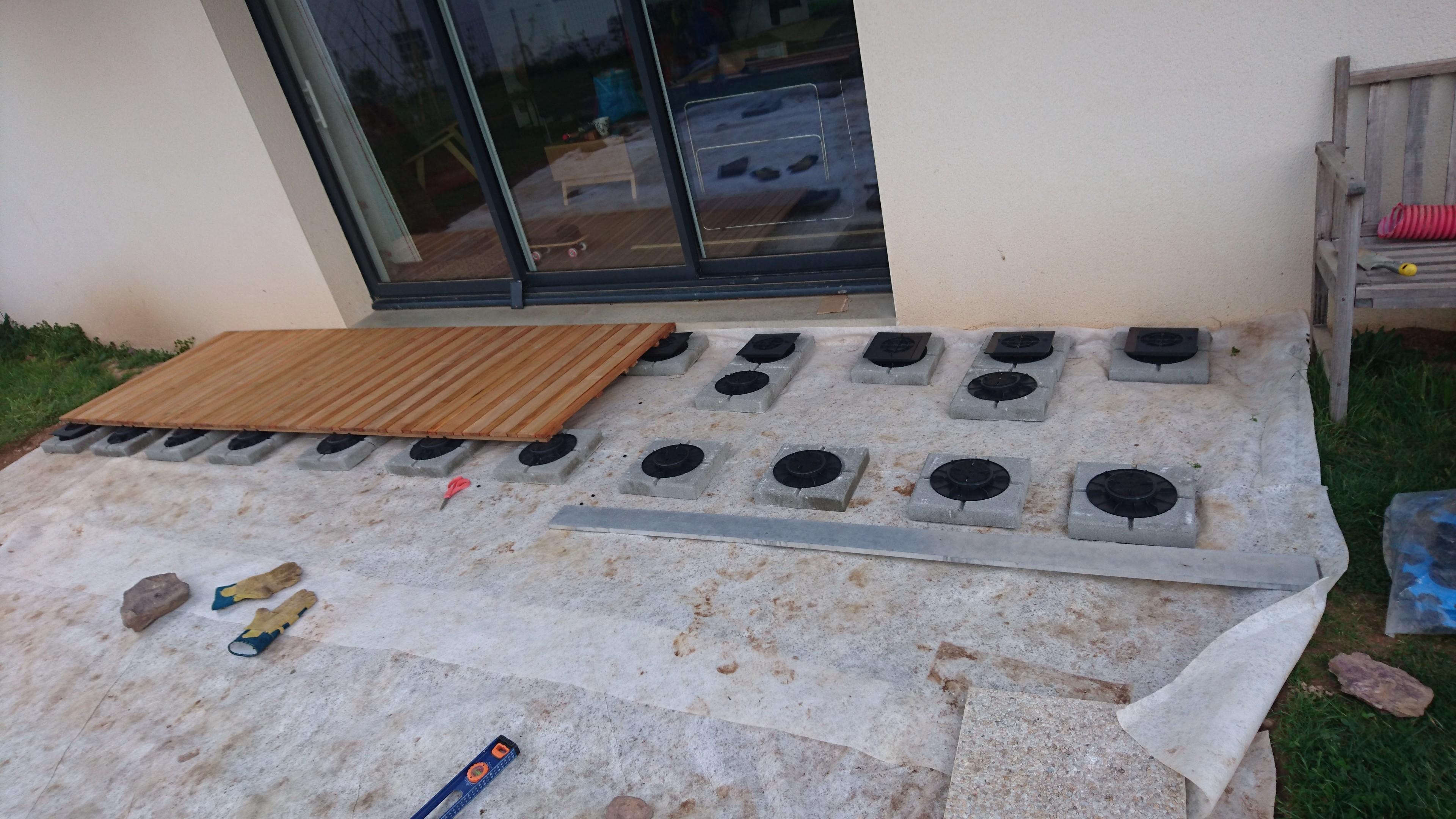 Terrasse en caillebotis sur sol meuble