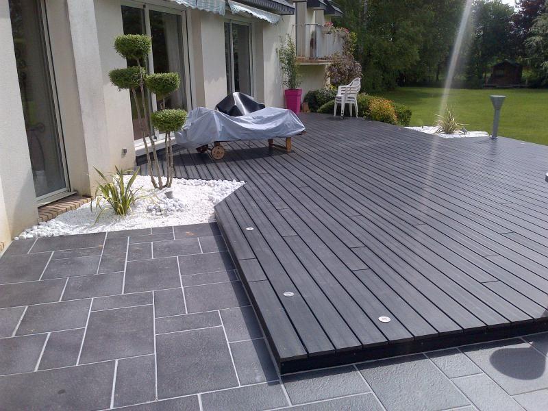 Terrasse carrelée avec spot