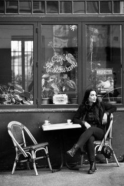 Terrasse de café noir et blanc