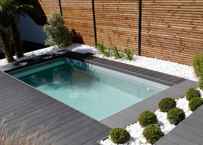 Petite piscine avec terrasse amovible