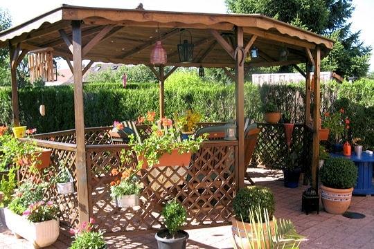 Terrasse couverte au milieu du jardin