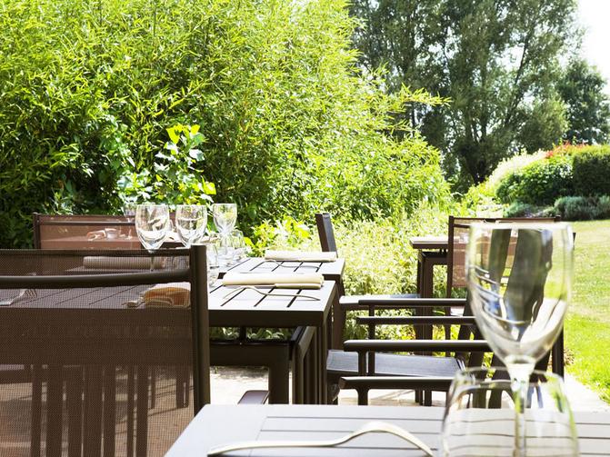 Restaurant avec terrasse en bord de seine