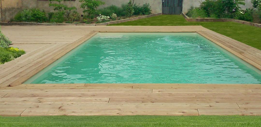 Terrasse en pin autour d'une piscine