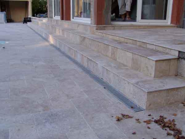 Terrasse carrelée avec marche