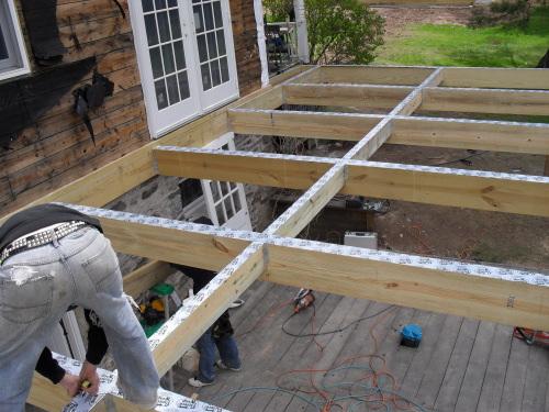 Monter sa terrasse en bois sur pilotis