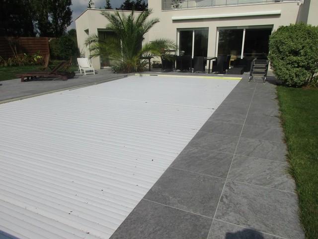 Photo de terrasse autour d'une piscine