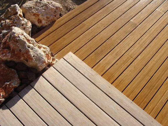 Poncer une terrasse en bois exotique