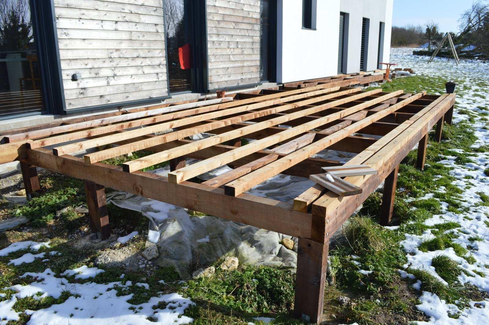 Faire sa terrasse bois sur pilotis jardin - Comment realiser une terrasse en bois ...