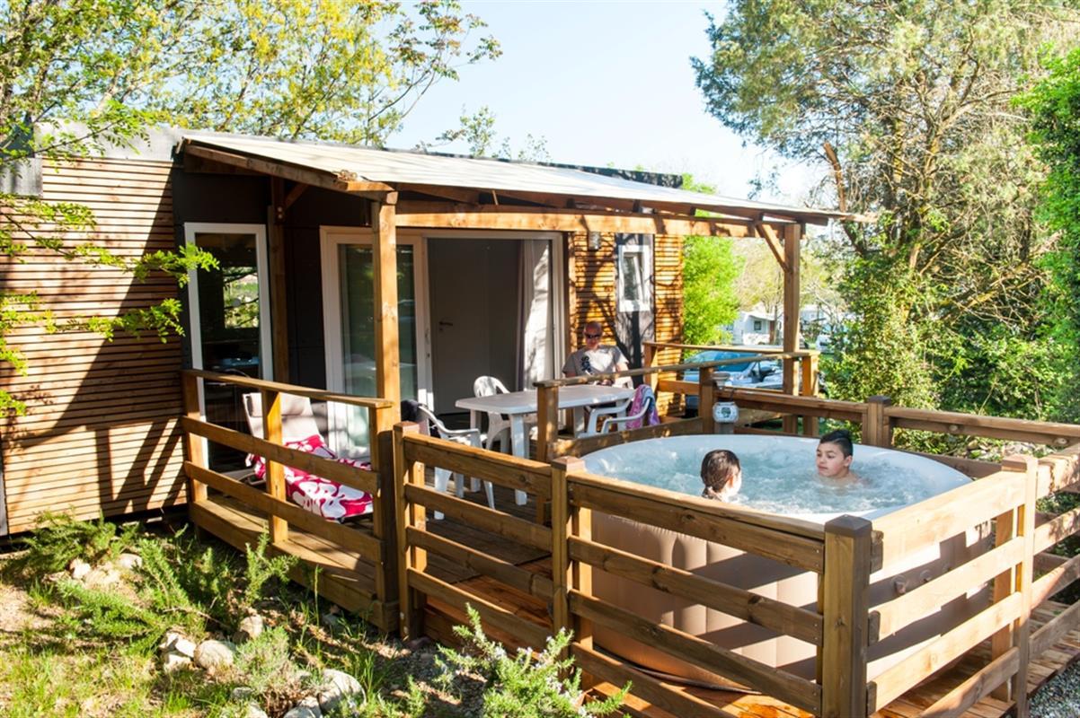 Camping avec jacuzzi sur terrasse