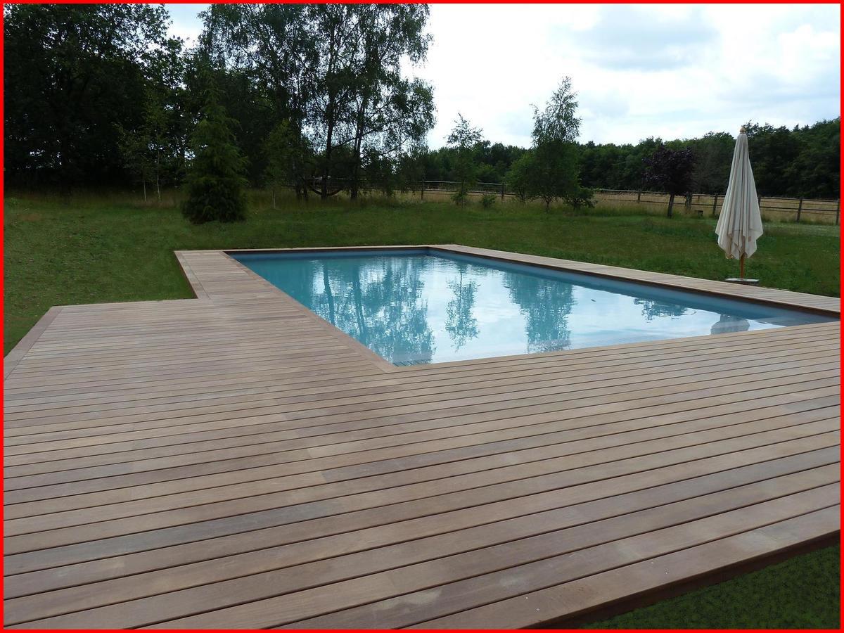 Terrasse autour d'une piscine en bois