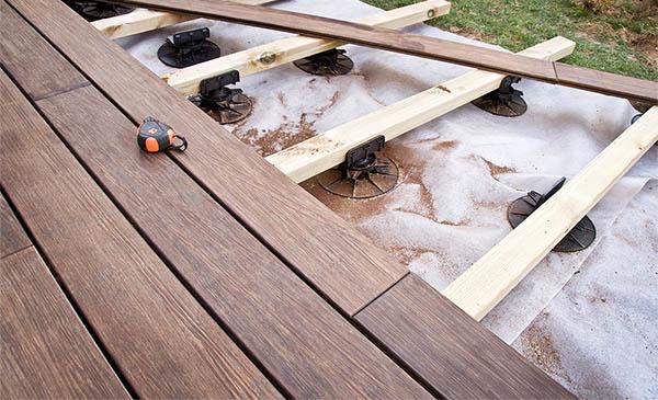 Terrasse bois sur lambourdes et plots beton