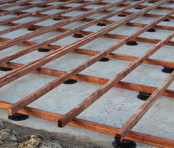 Terrasse en caillebotis sur gazon