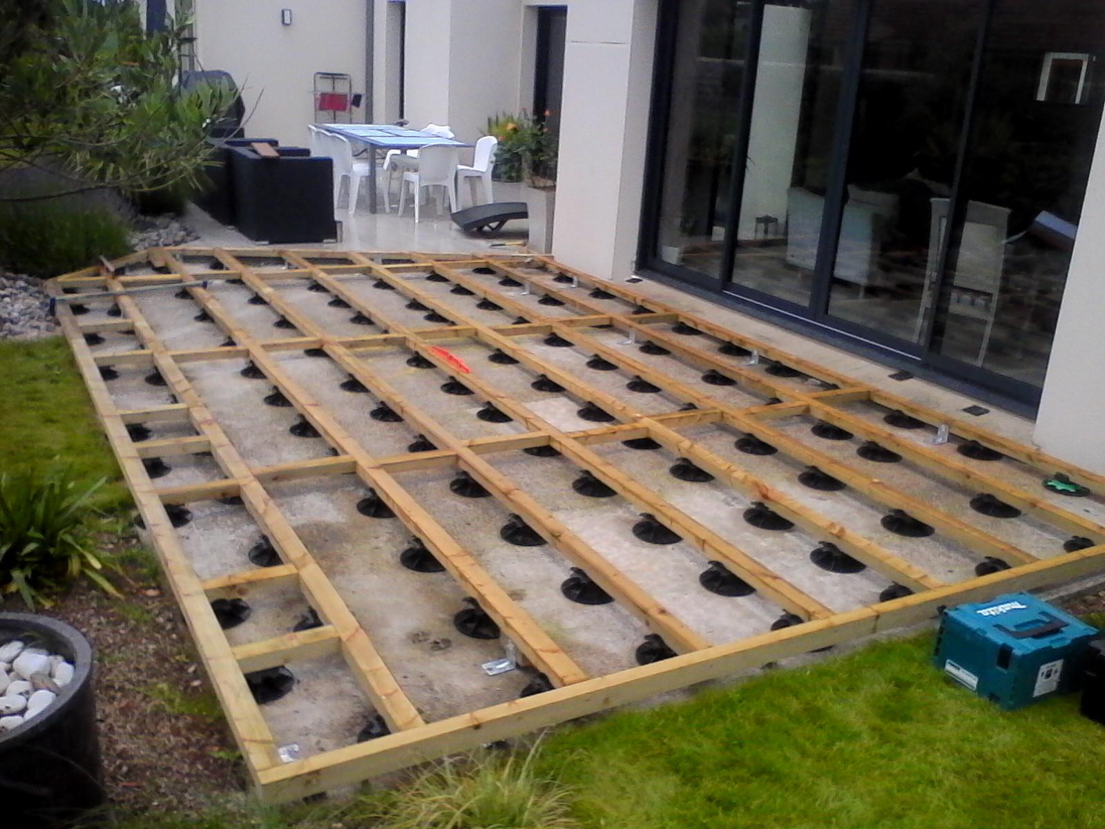 Construction terrasse bois sur plot jardin - Maison bois sur plots ...