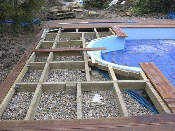 pose terrasse bois autour piscine hors sol jardin