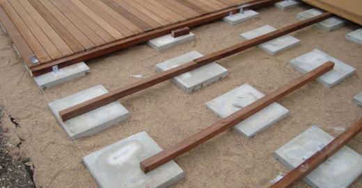 Terrasse en caillebotis sur sable