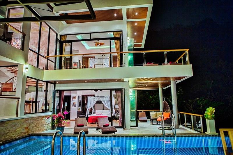 Terrasse avec piscine de luxe