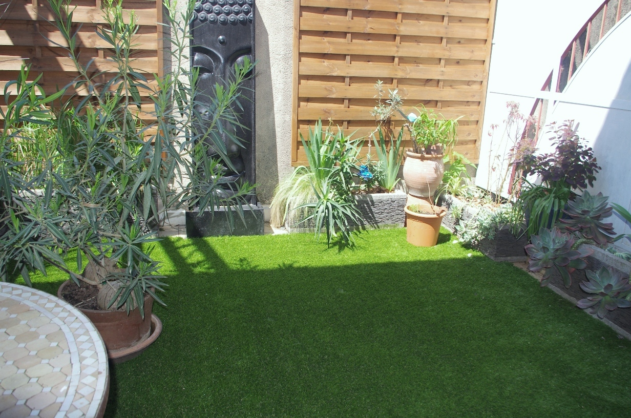Terrasse carrelage sur herbe