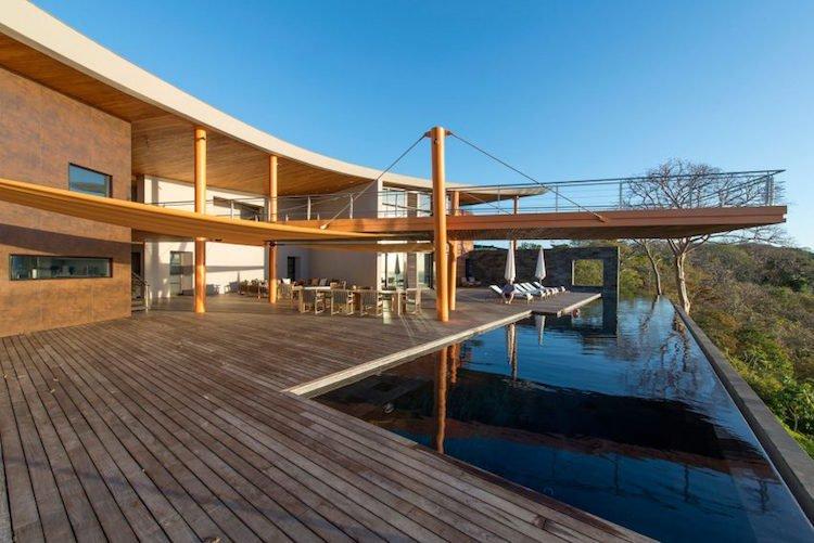 Terrasse avec piscine en contrebas