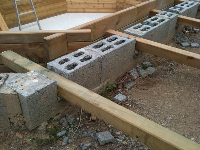 Terrasse bois autour piscine semi enterree