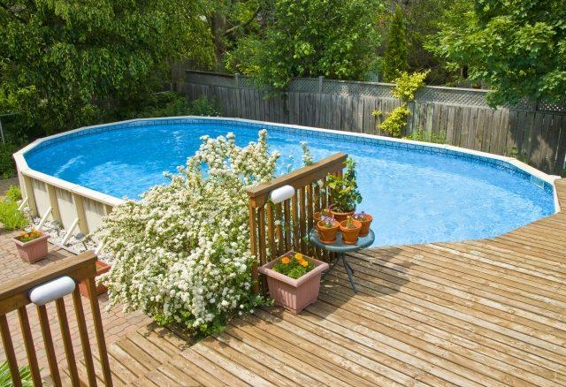 Terrasse bois autour piscine ovale