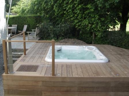 Terrasse en bois avec jacuzzi