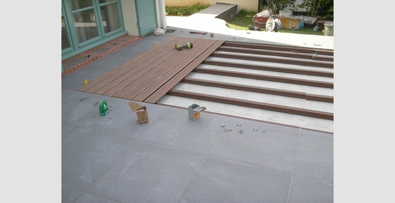 Terrasse carrelage gris et bois