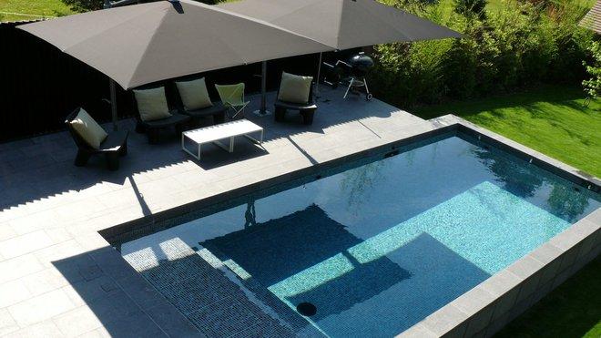 Terrasse grise avec piscine