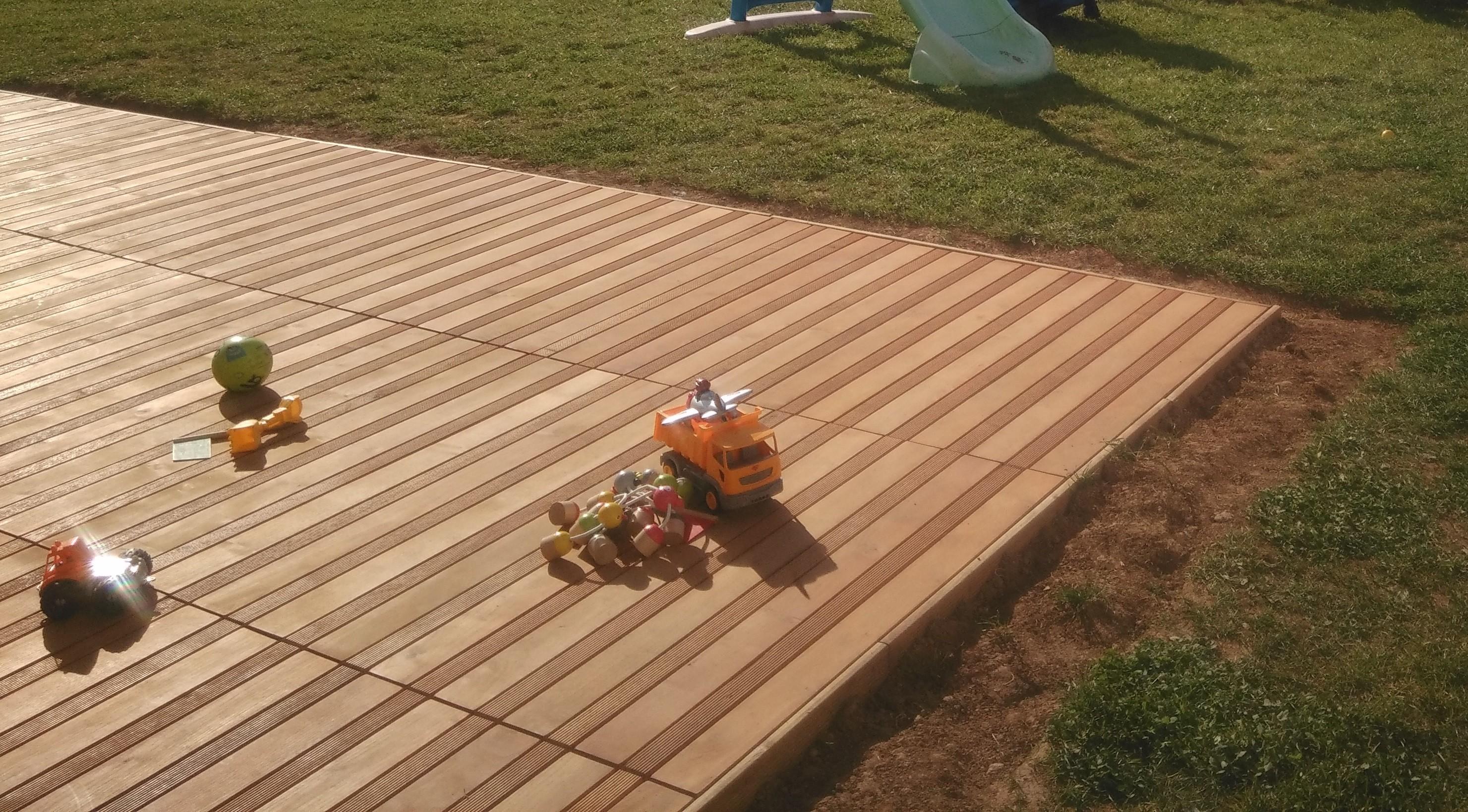 Terrasse en caillebotis sur pelouse