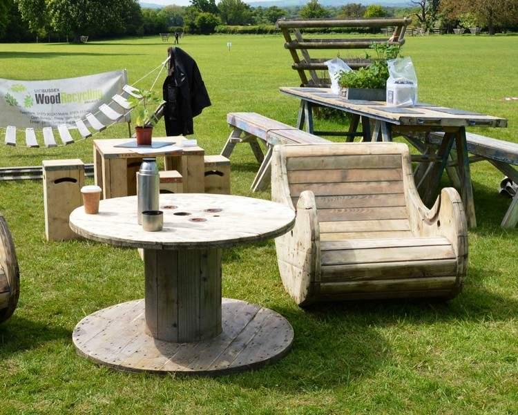 Table de salon de jardin avec un touret