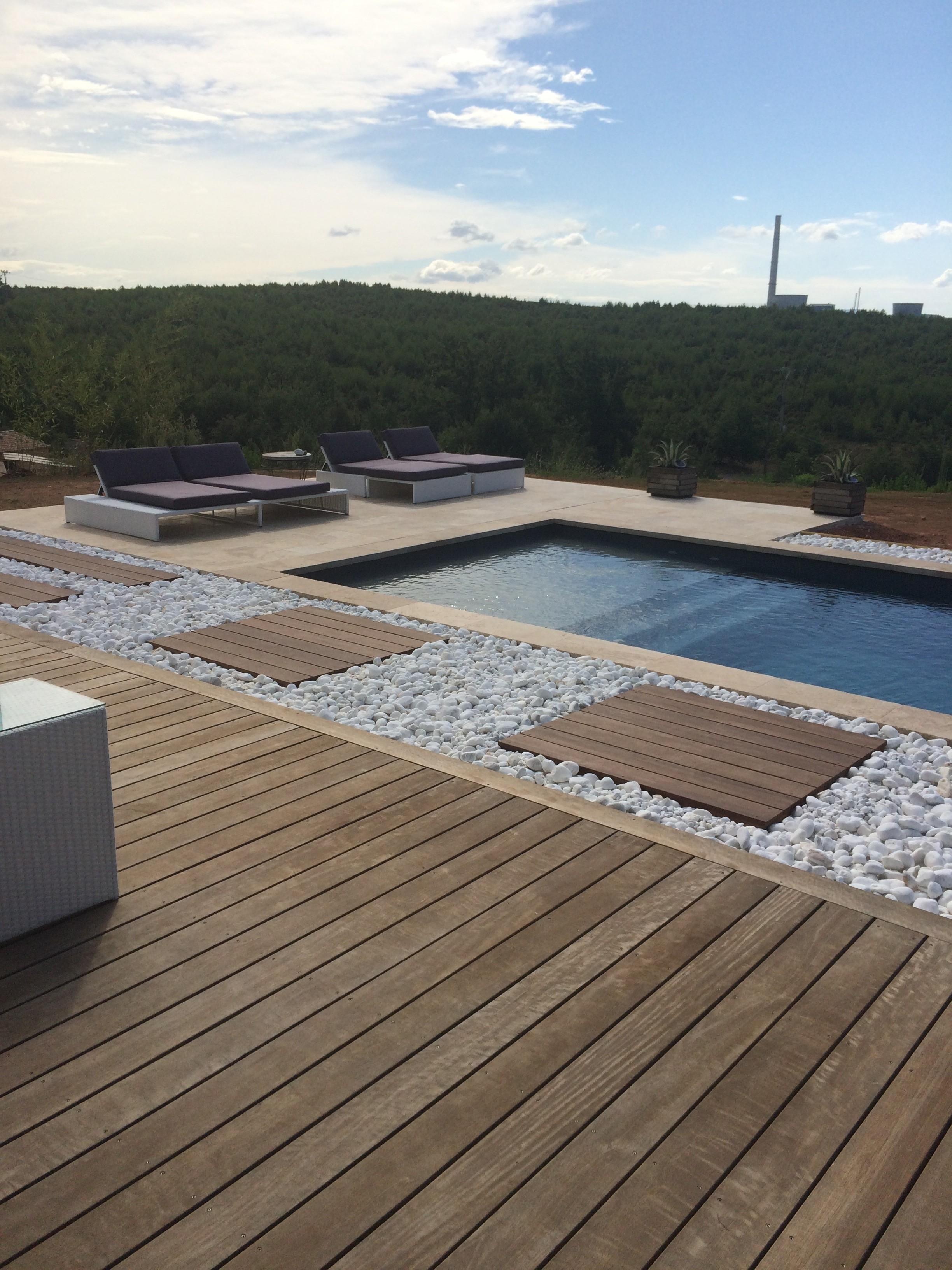 Terrasse en caillebotis sur carrelage
